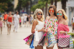 El hacer compras en el centro turístico para los viajeros de las mujeres Imagen de archivo libre de regalías