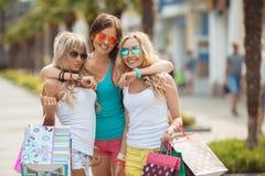 El hacer compras en el centro turístico para los viajeros de las mujeres Imagen de archivo