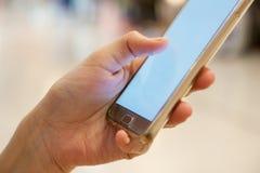 El hacer compras en el móvil imagenes de archivo