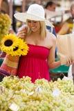 El hacer compras en el mercado Imágenes de archivo libres de regalías