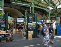 El hacer compras en el mercado de la ciudad Foto de archivo libre de regalías