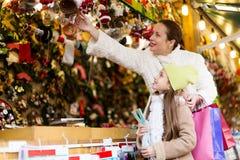 El hacer compras en el mercado de la Navidad Imagenes de archivo