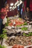 El hacer compras en el mercado de pescados de Rialto Venecia Italia Fotografía de archivo