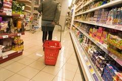 El hacer compras en el supermercado 2 Imagen de archivo