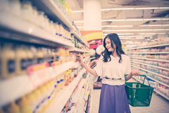 El hacer compras en el supermercado Imagen de archivo libre de regalías