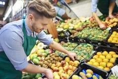 El hacer compras en el supermercado Foto de archivo libre de regalías
