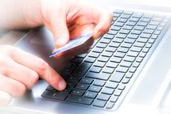 El hacer compras en línea con de la tarjeta de crédito Fotografía de archivo