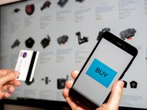 El hacer compras en línea con el teléfono imagen de archivo libre de regalías
