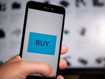 El hacer compras en línea con el teléfono fotografía de archivo