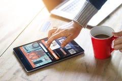 El hacer compras en línea de la mujer en casa, forma de vida del negocio foto de archivo libre de regalías