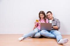 El hacer compras en línea junto Imagen de archivo libre de regalías