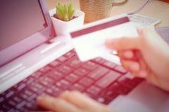 El hacer compras en línea por la tarjeta de crédito Imagen de archivo libre de regalías