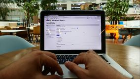 El hacer compras en línea en el sitio web de Ebay almacen de video
