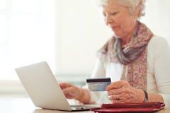 El hacer compras en línea usando una tarjeta de crédito Imágenes de archivo libres de regalías