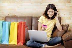 El hacer compras en línea y concepto del producto de la entrega en casa Imágenes de archivo libres de regalías