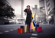 El hacer compras en la ciudad Imagen de archivo libre de regalías