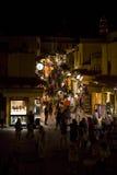 El hacer compras en la noche imagen de archivo libre de regalías