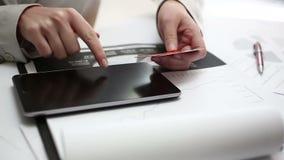 El hacer compras en la tableta digital metrajes