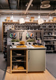 El hacer compras en la tienda de muebles de IKEA Imágenes de archivo libres de regalías
