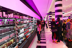El hacer compras en la tienda del perfume y de los cosméticos - París Fotos de archivo