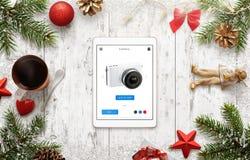El hacer compras en sitio web del comercio electrónico en el tiempo de la Navidad Imágenes de archivo libres de regalías