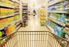El hacer compras en supermercado Foto de archivo libre de regalías