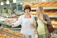 El hacer compras en supermercado Imagenes de archivo