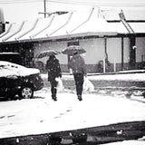 El hacer compras en un día nevoso Imagenes de archivo
