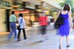 El hacer compras en una alameda Fotografía de archivo libre de regalías
