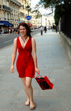 El hacer compras en una calle de París Imagen de archivo libre de regalías