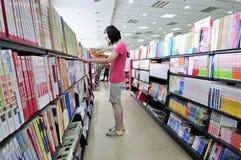El hacer compras en una librería Imágenes de archivo libres de regalías
