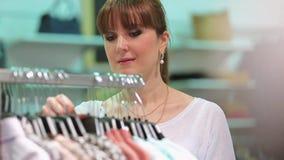 El hacer compras en una tienda de ropa almacen de metraje de vídeo