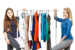 El hacer compras feliz de la ropa de las mujeres Foto de archivo
