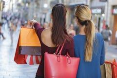 El hacer compras feliz y rico joven de las mujeres imagen de archivo