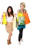 El hacer compras hermoso de dos mujeres jovenes. Foto de archivo