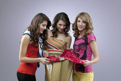 El hacer compras hermoso de tres mujeres Imagenes de archivo