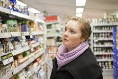 El hacer compras - mujer bastante joven imagen de archivo libre de regalías
