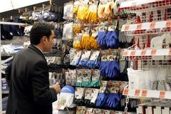 El hacer compras para el equipo de seguridad Imagen de archivo