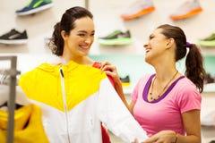 El hacer compras para la ropa de deportes Fotos de archivo