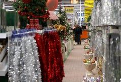 El hacer compras para las decoraciones de la Navidad Imagen de archivo libre de regalías