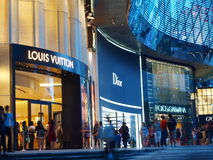 El hacer compras para las marcas de fábrica de lujo Fotos de archivo libres de regalías