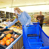 El hacer compras para las tiendas de comestibles Foto de archivo libre de regalías