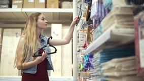 El hacer compras para los artículos del hogar metrajes