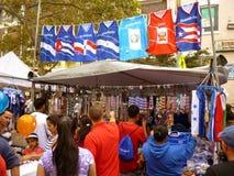El hacer compras para los recuerdos en el festival del Latino Fotografía de archivo libre de regalías