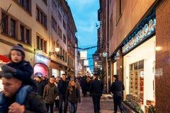 El hacer compras para los regalos durante la Navidad Fotografía de archivo libre de regalías