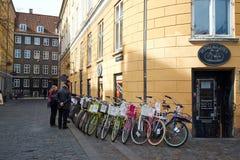 El hacer compras para una bicicleta en Copenhague Dinamarca Imagen de archivo libre de regalías