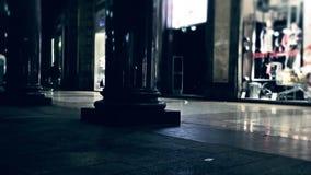 El hacer compras por noche almacen de metraje de vídeo