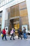 El hacer compras que va de la gente en Tiffany y el Co en Melbourne, Australia Imágenes de archivo libres de regalías