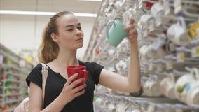 El hacer compras que va de la muchacha preciosa para el vajilla almacen de metraje de vídeo