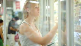 El hacer compras que va de la mujer con la lista de verificación en el cojín almacen de video